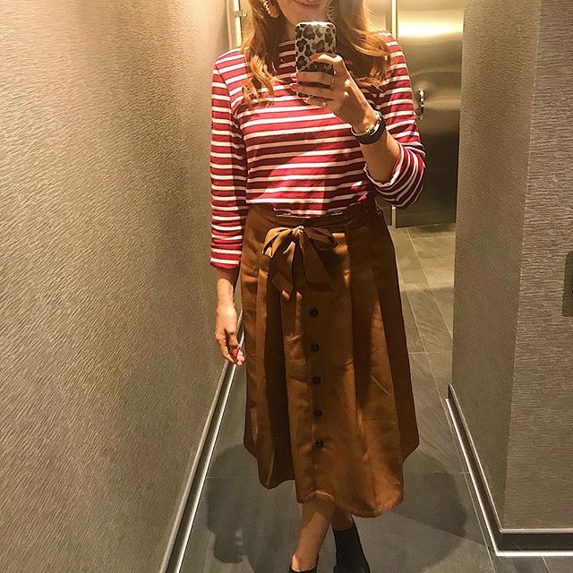 Feeling those Parisian vibes today.  Stripes are always a good idea when taking a bathroom selfie 😘 * Some people think they cannot wear horizontal stripes because they make you look wider.  This is true for wider stripes but for narrower stripes like these it can actually have the opposite effect and draw the eye up! * Are you a stripes gal?  Tell me below if you can't get enough of this classic style! 👇🏼