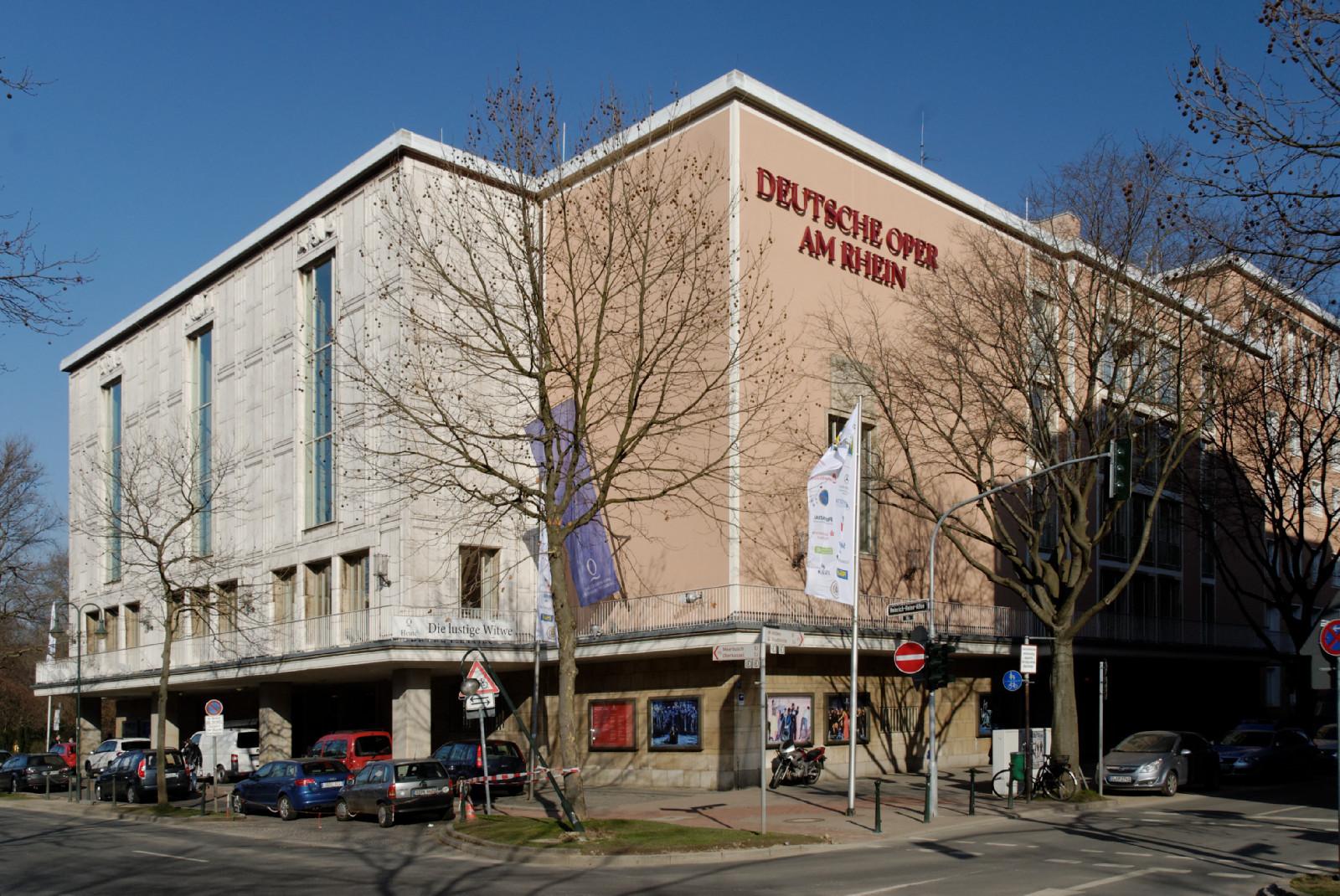 Opernhaus_in_Duesseldorf-Stadtmitte,_von_Suedwesten.jpg