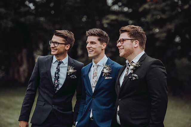 Photographer @fotografcarolinesmith caught this joyful moment where not only the groom, but also his two friends wore a NoLoco-set! 🤵🏽🌺 #nolocostore
