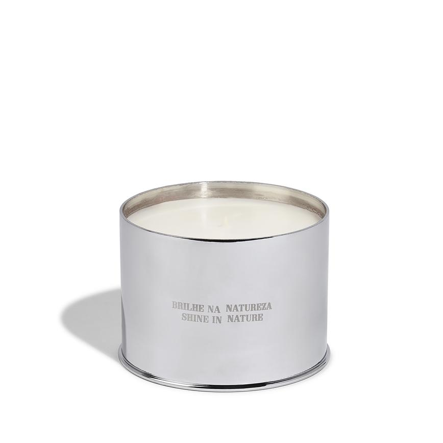 VELA | CANDLE | JUNGLE  A sensual, botanical candle that enhances the mood and transports the spirit to the heart of the Amazon. Its blend of 100% natural, plant-based waxes allows for a burn time of approximately 60 hours.