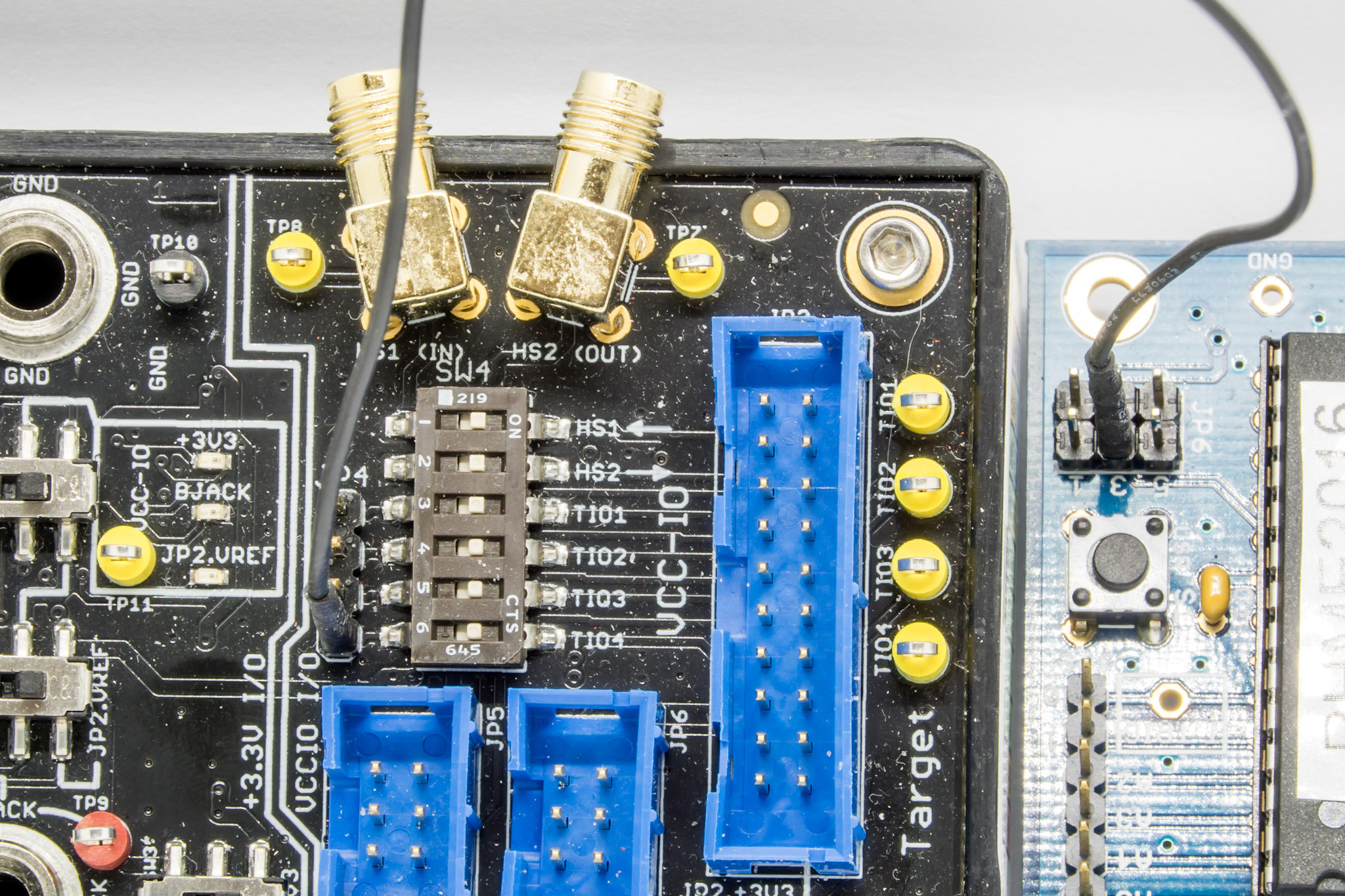 Trigger wire going from NOTDUINO (right) to the Advanced Breakout board (left)