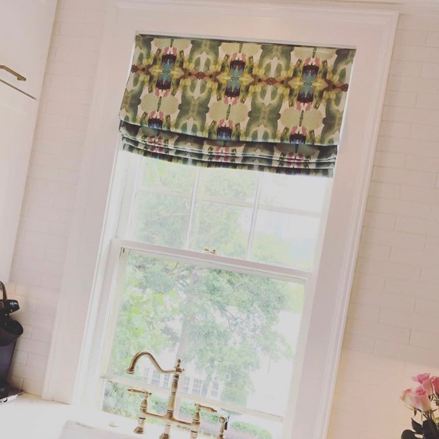 Love how this roman  shade gave this little galley kitchen just the pizazz it needed! Fabric from @lauraparkdesign and custom treatment by @acad_mm  #design #romanshades #custom #windowtreatments #interiors #kitchendesign #courtneymossdesign #atlantadesigner #designinspiration #designdetails #mytradhome #chic #decor