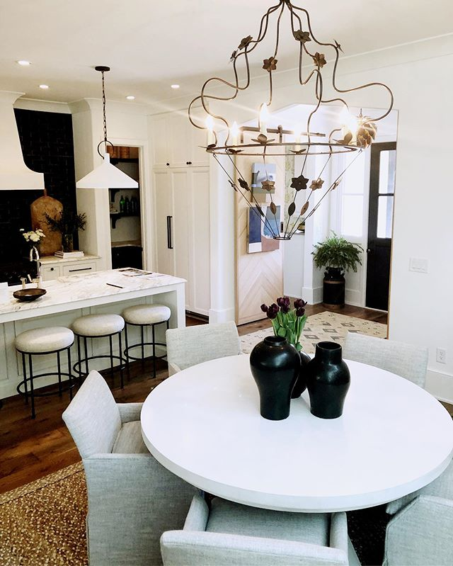 Do you ever go to a designer show house and then come home and want to  completely redo your space? I love seeing the creativity from other designers and always step away with new ideas and of course an itch to redo! #design #atlanta #serenbe #modern #clean #decor #mytradhome #interiors #atlantahomesandlifestyles #designinspo #interiordesign