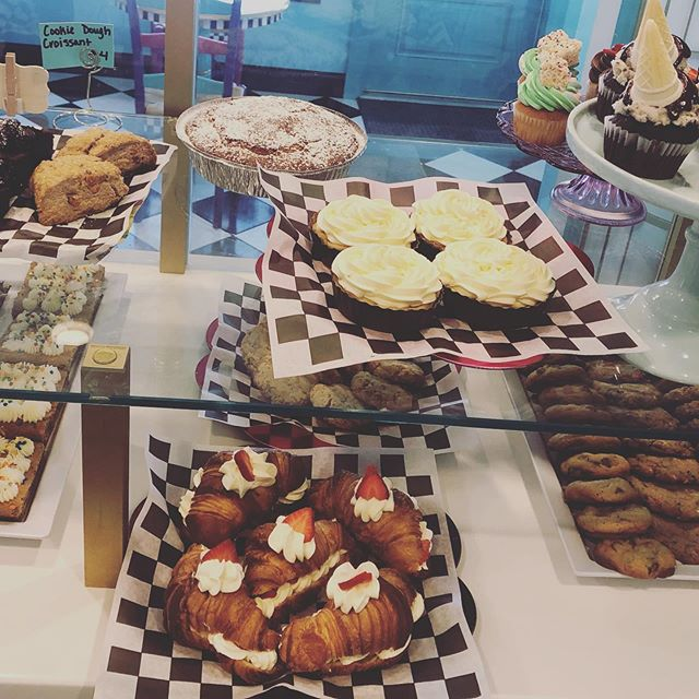 Can't even fit everything into this case shot! Blueberry coffee cake, Banana Cream tarts, Cookie dough brownies .. and so much more today! Come in 10-4 😍 #thedessertfairy #westislip #sweetshop #customcakes #customtreats