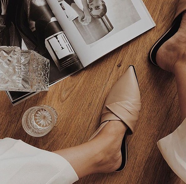 Beautiful mules in sand 🎀 📷 @oliwiapakosz #viaspiga #woodgrain #mules #italianshoes #leather #glass