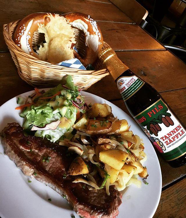 Aujourd'hui notre chef vous propose un classique: faux filet avec frites, simple et délicieux. Et pour quoi pas l'accompagner avec une bière Rothaus Tannenzäpfle. Guten appétit