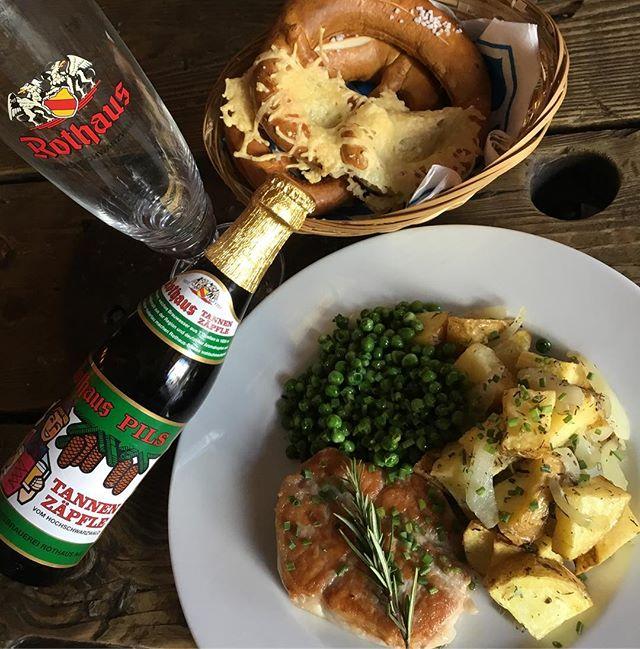 #platdujour côtelette de porc, petits pois, pommes de terre sautées à l'ail. #mahlzeit #dejeuner #bretzel #tannenzapfen #mercredi. Lekker!