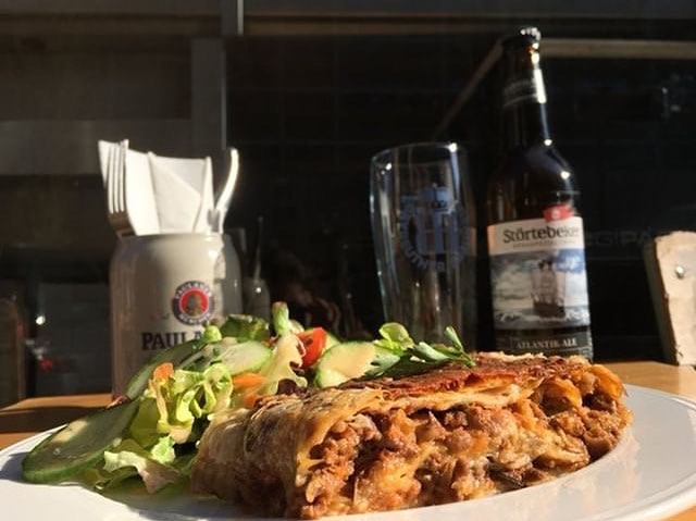 Aujourd'hui notre plat du Kiez, une spécialité de notre chef, la tourte de viande haché à la mozzarella avec sa salade composée🍲🌞. Venez v, on a ouvert🕺🏼🍻 #platdujour #platdukiez #bonappetit #parisfood #sun #gutenappetit