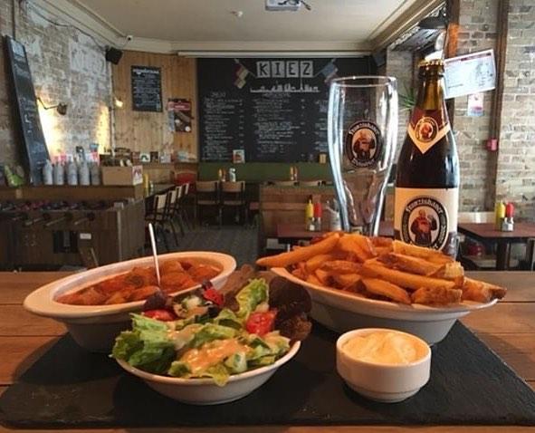 Notre plat du jour aujourd'hui, un classique allemand, le Currywurst avec une légumes-curry ses frites et sa salade verte. En plus la bière de moment, le Franziskaner Dunkel, une bière brune avec un goût de banane et clou de girofle, légèrement caramélisé🍺🍽 #platdujour #platdukiez #bonappetit #parisfood #gutenappetit #paris