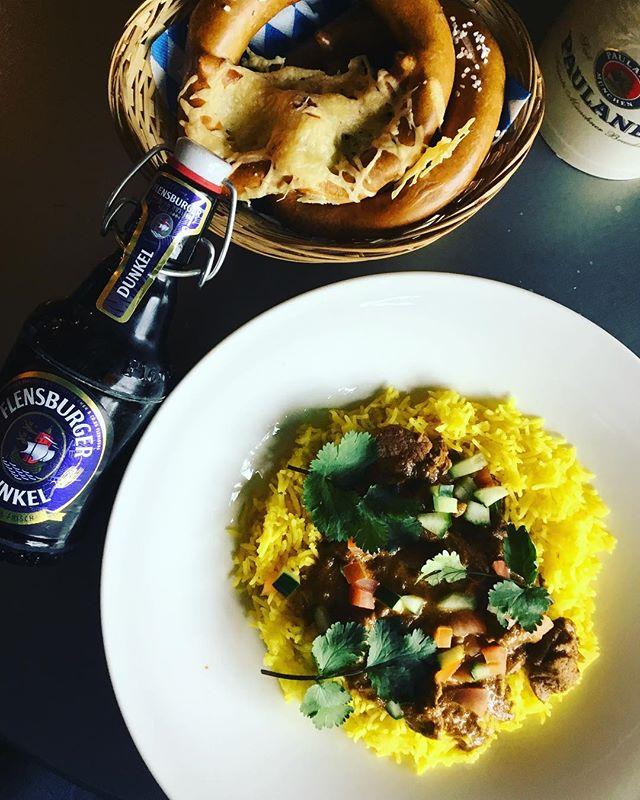 Aujourd'hui, pour notre plat du jour, notre chef vous propose «un délicieux curry d'agneau, riz safrané». Et pour quoi pas une Flensburger Dunkel pour accompagner votre repas? Guten appétit !!