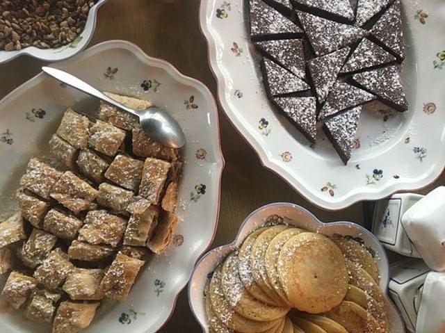 ❤️Brunch day❤️ - notre brunch à volonté avec le charcuterie allemande, un bar à omelette, les bretzels et beaucoup plus, mais dépêchez-vous le pancakes sont limites!!🥞☕️ #kiez #sunday #brunchparis #bonappetit #parisfood #gutenappetit