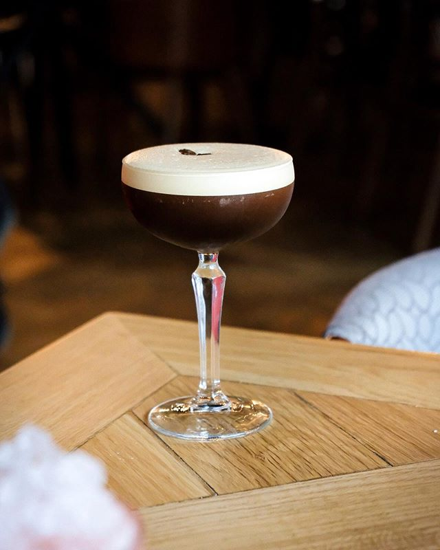 This might look like your usual espresso martini but this one's extra special. @banyancornexmcr make theirs with salted caramel too so it's deliciously sweet and reminds us of our favourite Starbucks order ☕️ . . . #banyanfavourites #cocktail #cocktails #cocktailoftheday #drinkoftheday #drink #drinkup #drinkstagram #espressomartini #happyhour #abmhappyhour #drinkporn #pourmeadrink #crafteddrinks #cocktailoclock #mixology #mixologist #artofdrinks #cocktailporn #cocktailhour #cocktailtime #martini #manchesterblogger #ukblogger #boozytalk #bartendersbible #craftcocktails #imbibegram #worldsbestbars #cocktailsforyou @cocktailsinthec @cocktails_for_you @cocktails @cocktailbars @cocktails_and_mixology @cocktailkingdom @manchesterdrink @cocktail.inspirations