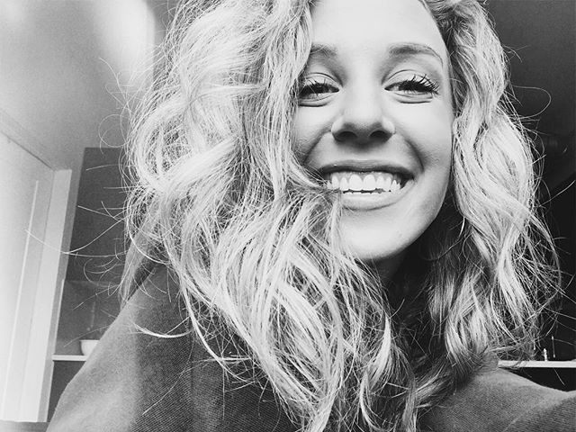 smile more :) it's a good feeling 💛 ☆ ☆ ☆ ☆ ☆ ☆ ☆ #styleblog #styleinspiration #thehappynow #ontheblog #ootd #createexplore #femininestyle #aboutalook #tezzaapp #realoutfitgram #smilemore
