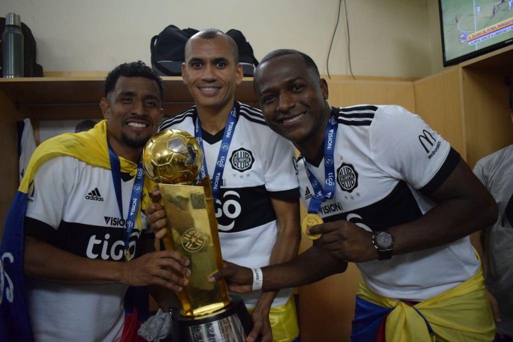 En la imagen, los tres colombianos de Olimpia posan con el trofeo de la Liga de Paraguay. Foto: @elClubOlimpia