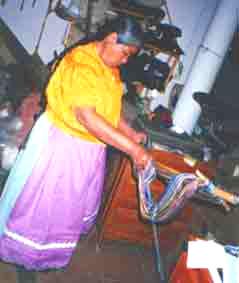 Doña Margarita urde su Telar de Cintura