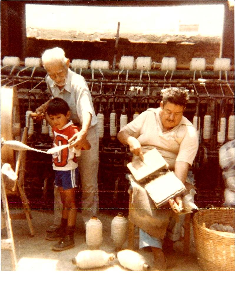 Cardando e hilando a mano. El Jorongo usa lana hilada a mano y la de esa pequeña fábrica familiar.