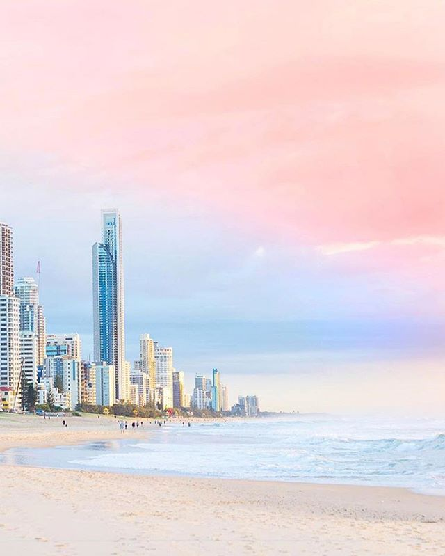 #GoldCoast's way of wishing you a happy weekend. @goldcoast @destinationgoldcoast @queensland // 📷 @photography_byron_bay