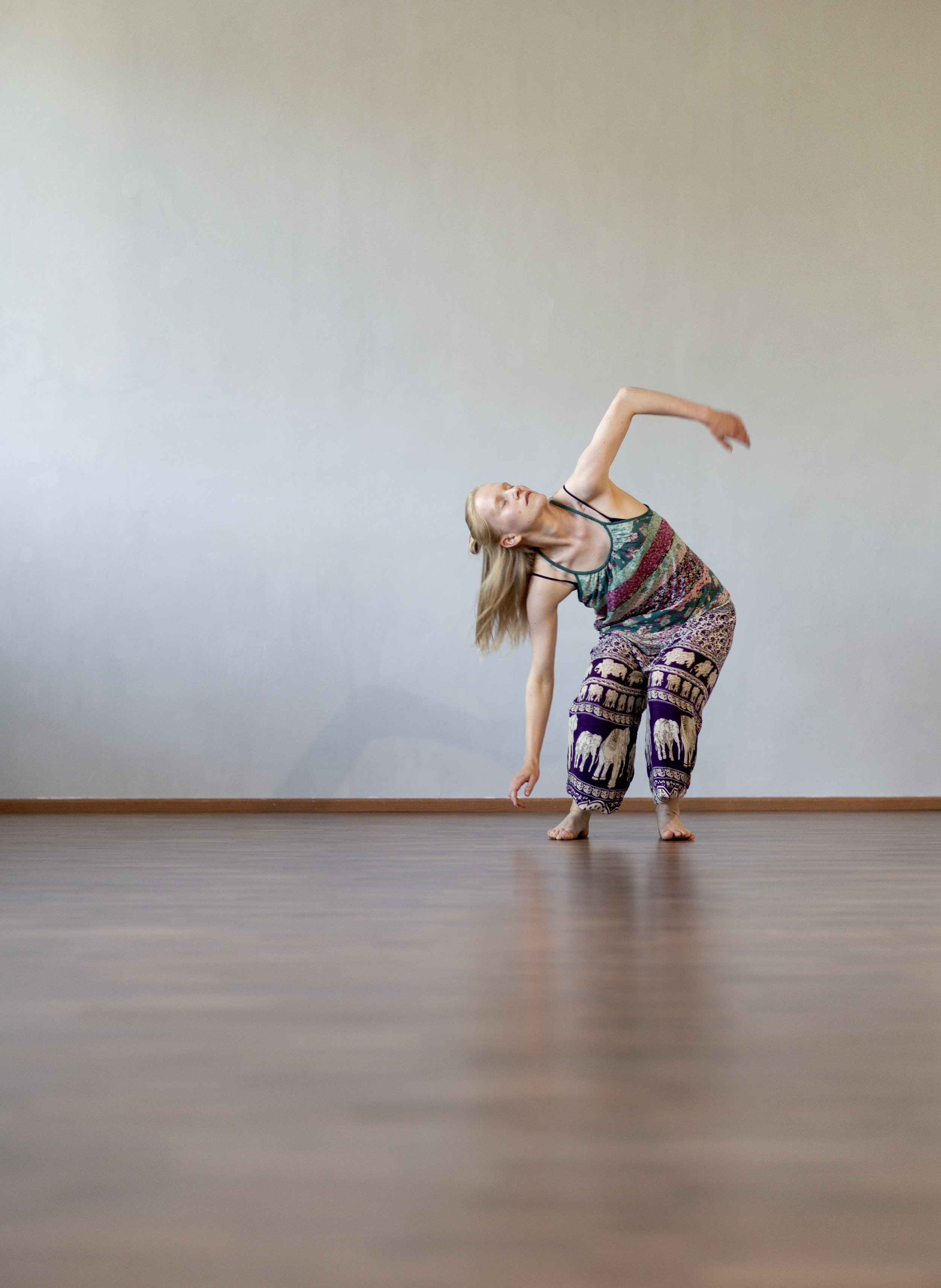 Ohjaaja: Annina Uimonen - Annina aloitti tanssin jo lapsuudessaan, ja siitä asti se on ollut suuri osa hänen elämäänsä. Vuosien aikana hän on perehtynyt eri tanssilajeihin sekä improvisaatioon laaja-alaisesti, ja ppetuskokemustakin hänellä on kertynyt jo yli 10 vuoden ajalta. Osaamistaan hän on täydentänyt mm. tanssipedagogiiikan opinnoilla, mutta erityisesti lasten kanssa kotona vietettynä aikana sekä vuonna 2016 käytyjen Intuitiivisen parantajan opintojen aikana hänen suhteensa tanssiin alkoi löytää uutta syvyyttä, ja aiempina vuosina saadut kokemukset läsnäolosta sekä tanssista kokonaisvaltaisen hyvinvoinnin edistäjänä saivat vahvistusta. Sen pohjalta Annina on kehittänyt tanssituntinsa, mm. Tanssimeditaation, jossa liike ja läsnäolo yhdistyvät luovalla tavalla.Kehon ja mielen huoltamista Annina on harjoittanut vuosien ajan mm. meditaation sekä joogan avulla, ja myös näitä kokemuksia hän yhdistää opetustyöhönsä tanssijana.