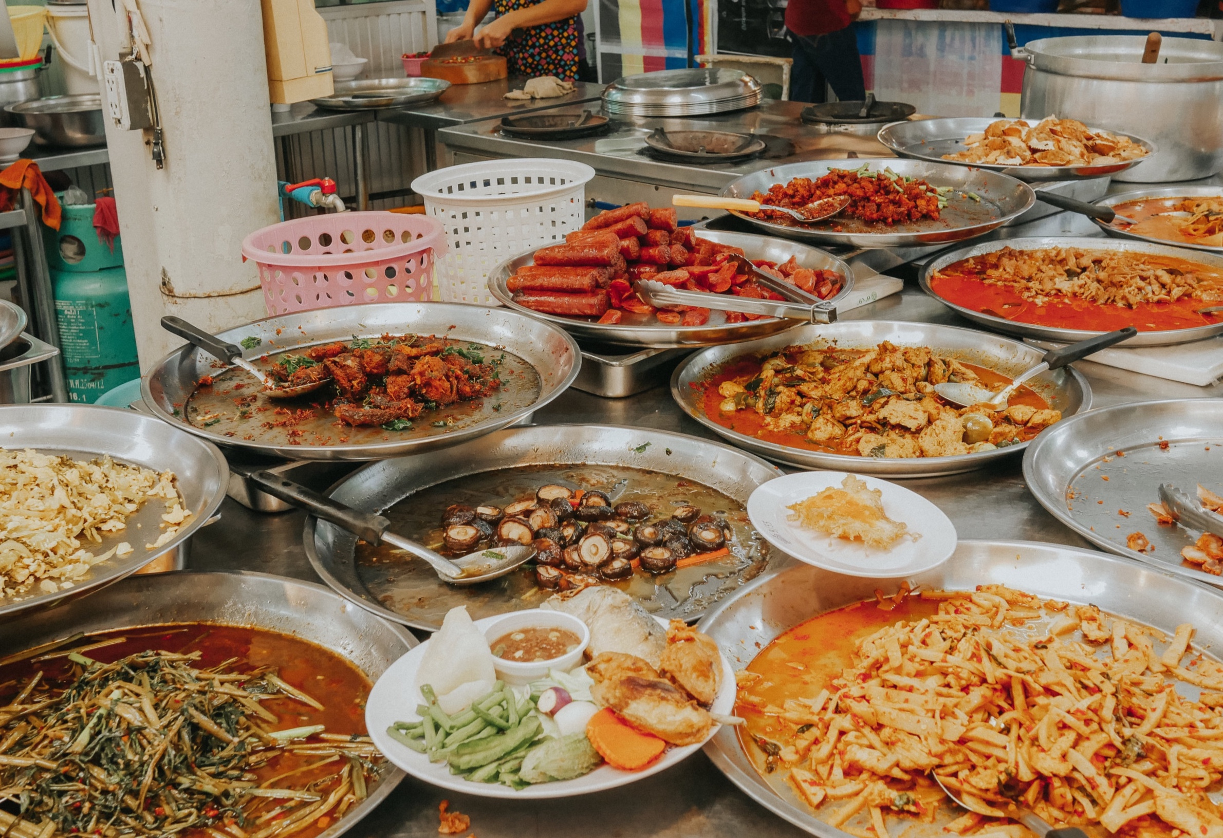 Many locals come to these markets to pack up dishes to take back home. When ordering, be sure to tell the stall workers that you are eating it for here, so they can serve the food in disposable dishes/bowls with utensils.