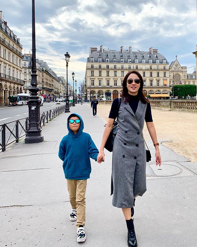 Walking to @museelouvre this morning in our @rayban sunnies ... . . . #familyholiday #momofboys #paris #makingchildhoodmemories #2019