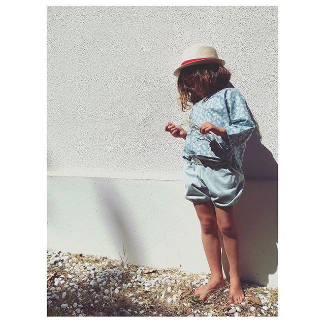 """La Blouse Maya Blue en imprimé fleurs a une coupe minimaliste d'inspiration japonaise en pure coton 🧵 . On aime les détails chics avec ses Boutons en bois aux manches et son joli lien en dentelle en guise de fermeture au dos... . Coupe ample , agréable à porter pour danser et s'amuser tout l' été! . """"Pour enfants sages (ou pas)""""🙃 . . . . #maisonsalopette#madeinfrance#madeinfrance🇫🇷#faitmain#salopette#enfants#kids#kidz#kidzfashion#pourenfantssagesoupas#french#frenchbrand#kidsofinstagram#kidsfashion#fashion#modeenfant#mode#kidswear#limitededition#homemade#serielimitee#francais#printemps#maman#vetements#paris"""