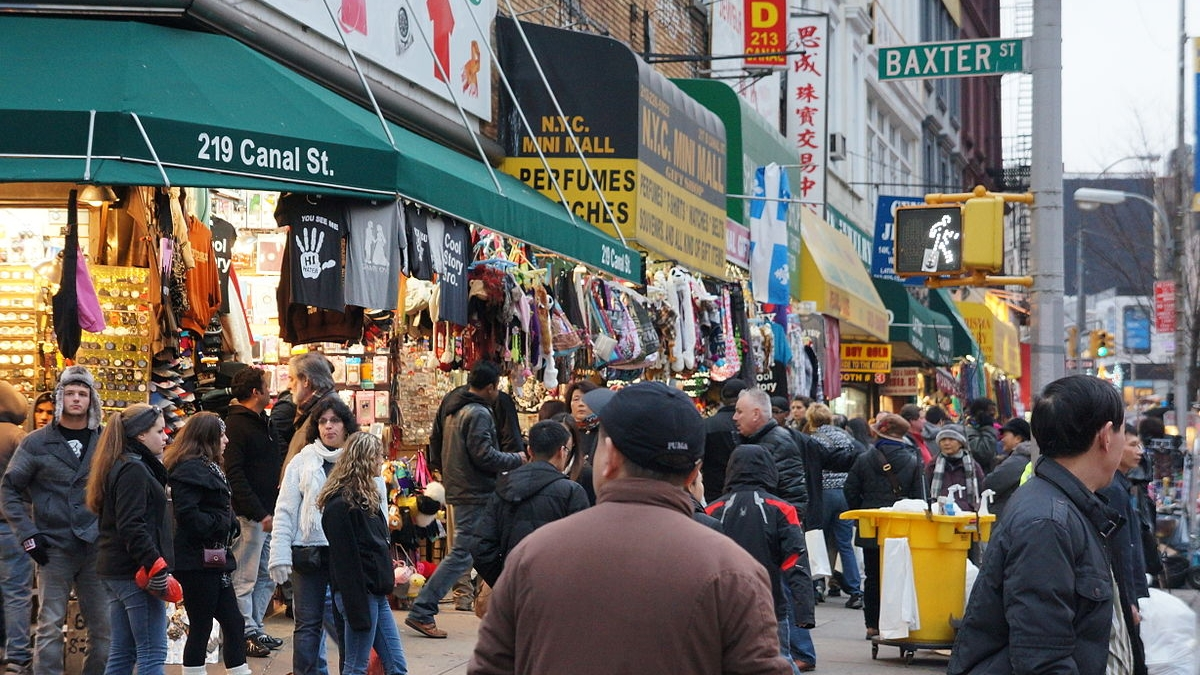 Potential shoppers bustle around the shops on Canal Street in New York City. // Image: Wikimedia