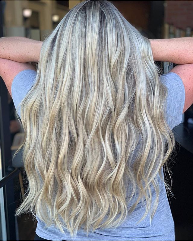 MAJOR hair envy!! Beautiful color by our owner @locksbylizsparks 😍💃🏼 #blondehair #blondehighlights #summerhair #tricitieswa #behindthechairstylist #modernsalon #blondey
