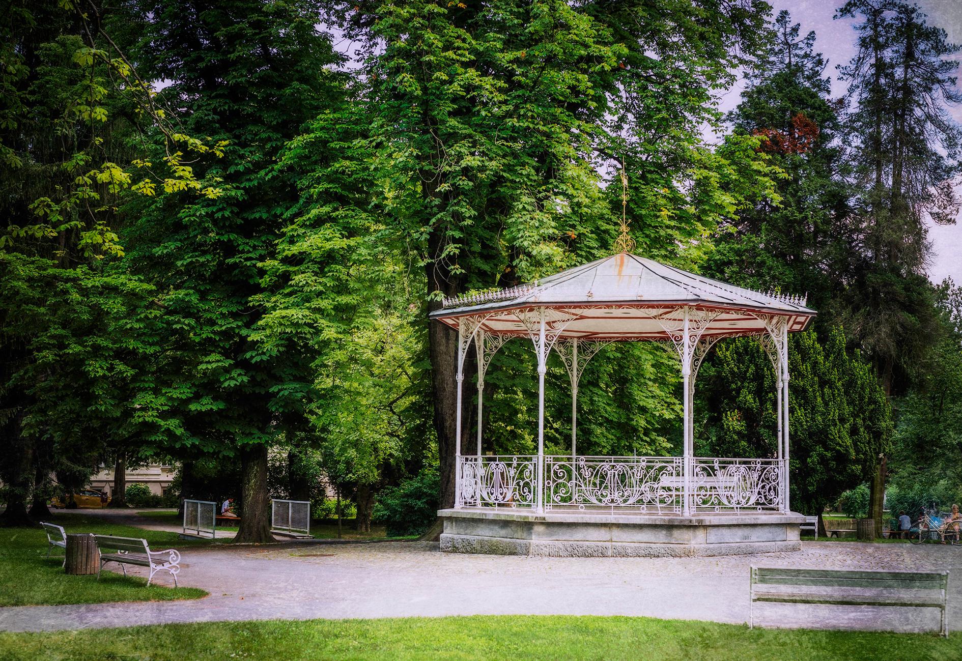Paviljon v parku
