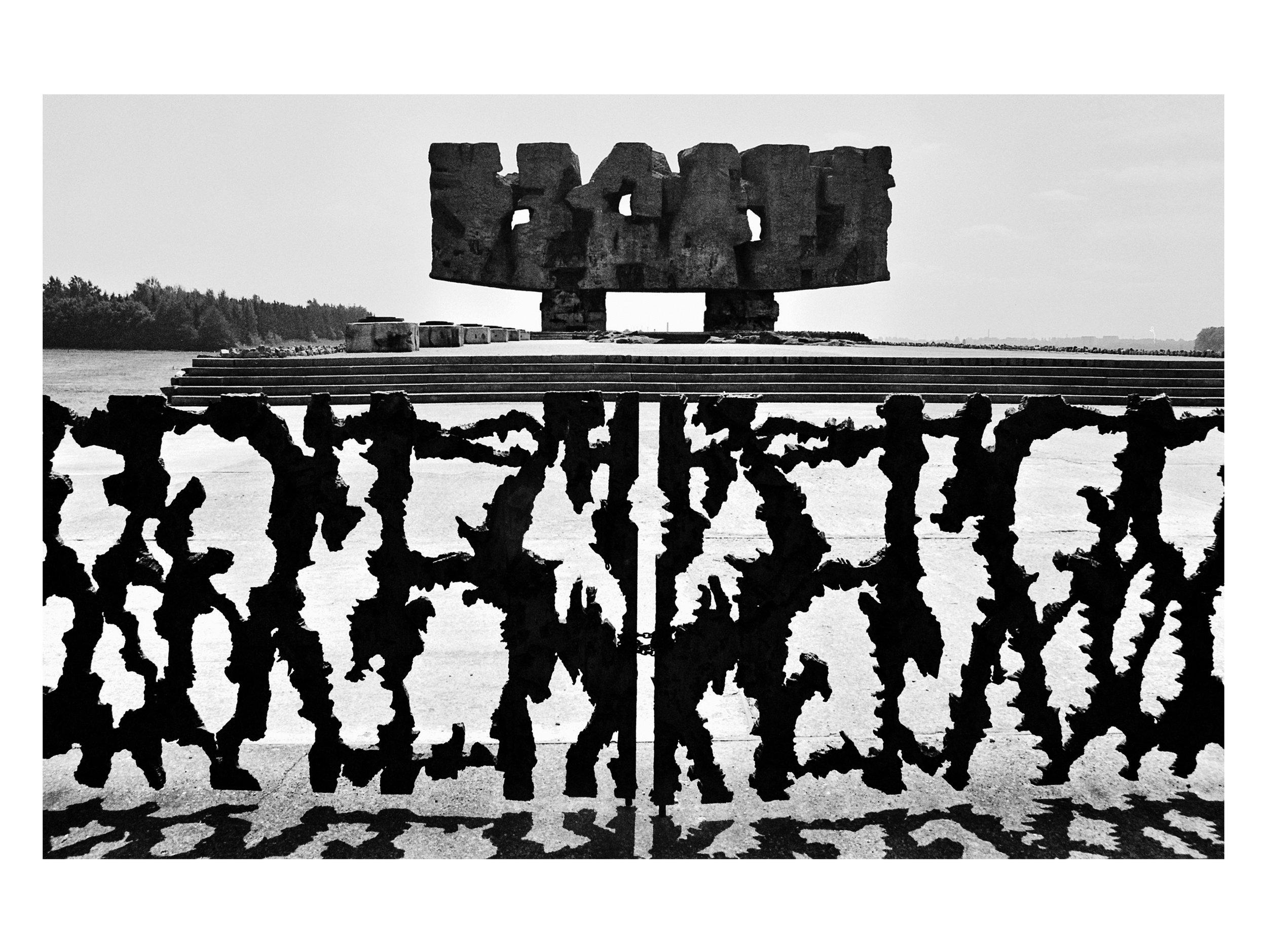 Majdanek_gate-monument.jpg