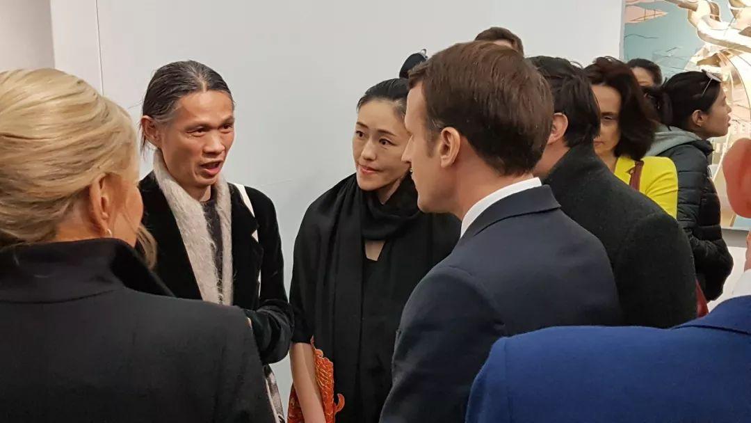马克龙总统与荣荣和映里亲切交谈