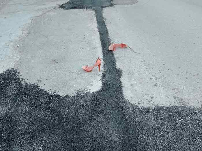 吉汉•代米拉尔,《迹象表明一切都是错的》,来自《世界会在白天终结吗》系列,2017年持续进行中(《烟柱》展览 )。图片由艺术家授权使用。
