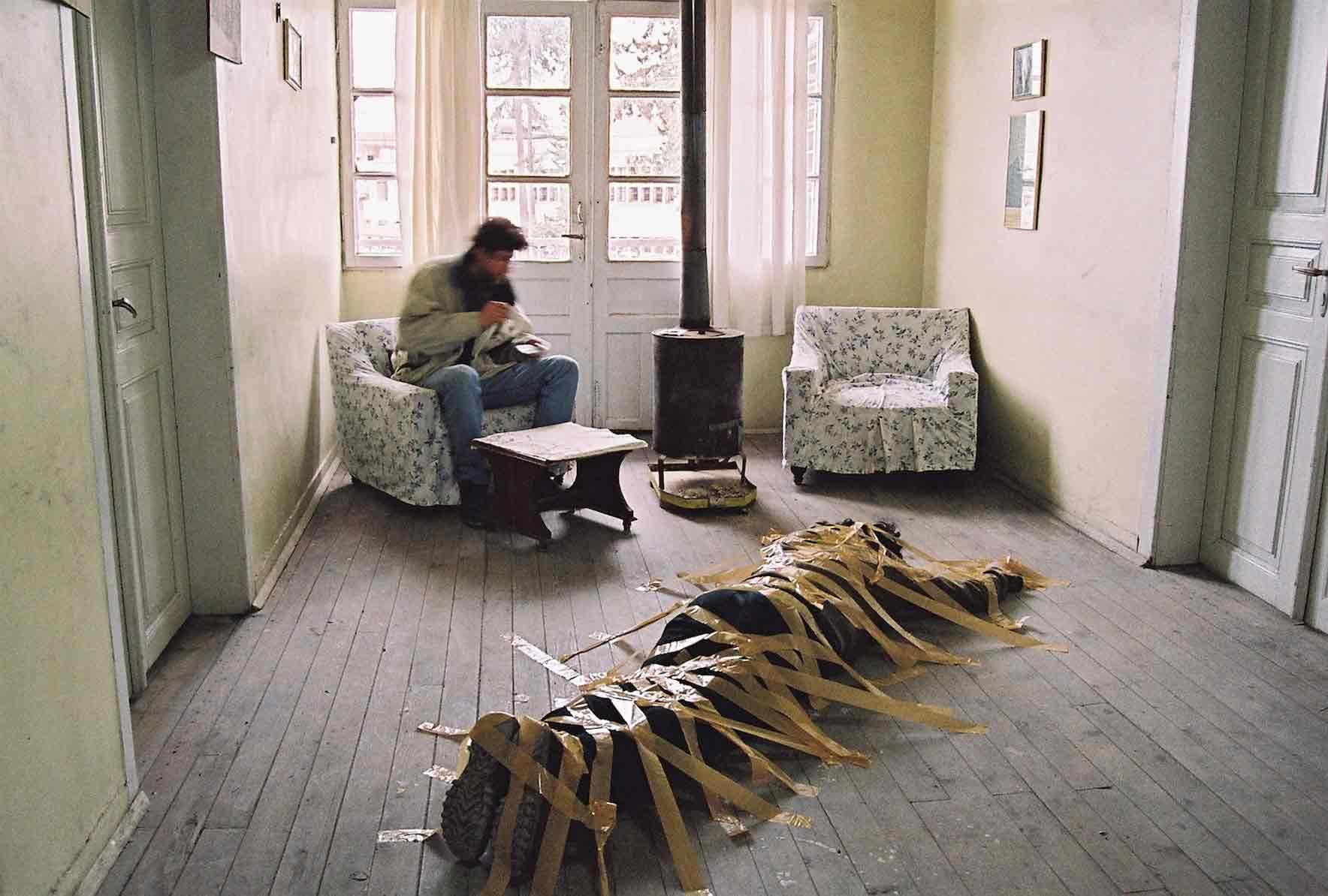 沃尔坎•阿斯兰,《自画像》,2004年(《烟柱》展览 )。图片由艺术家授权使用。