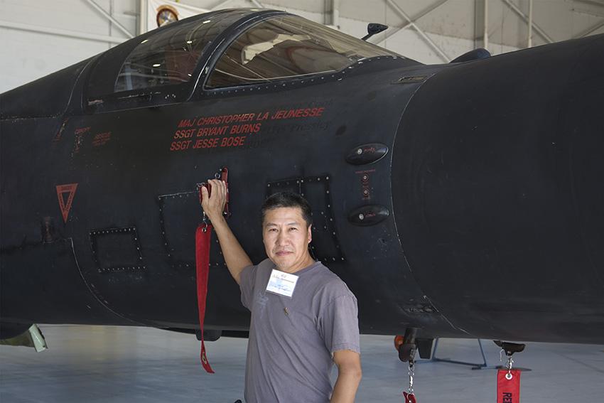 徐林  他的身后是美国空军现役的68-10329号U-2S,该机六十年代末到七十年代初间曾经执行过中国沿海的侦察任务,2010年拍摄。