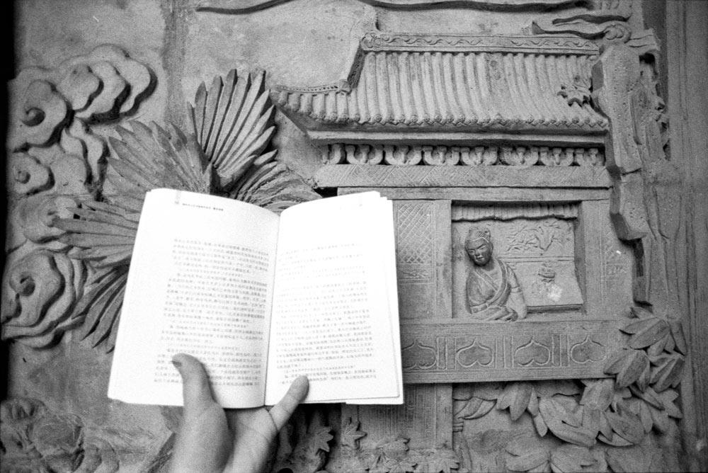 崔建楠,《风马牛不相及》之六,山西王家大院古代侍女砖雕,1989年。原版明胶银盐,14x9cm