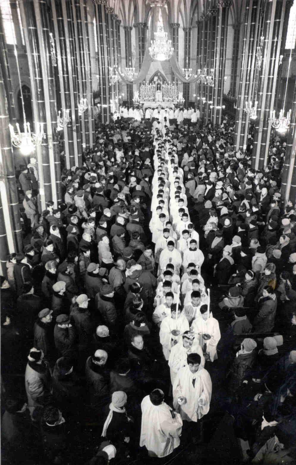 曾璜,《教堂开放》,北京,1985。原版明胶银盐, 20x25 cm