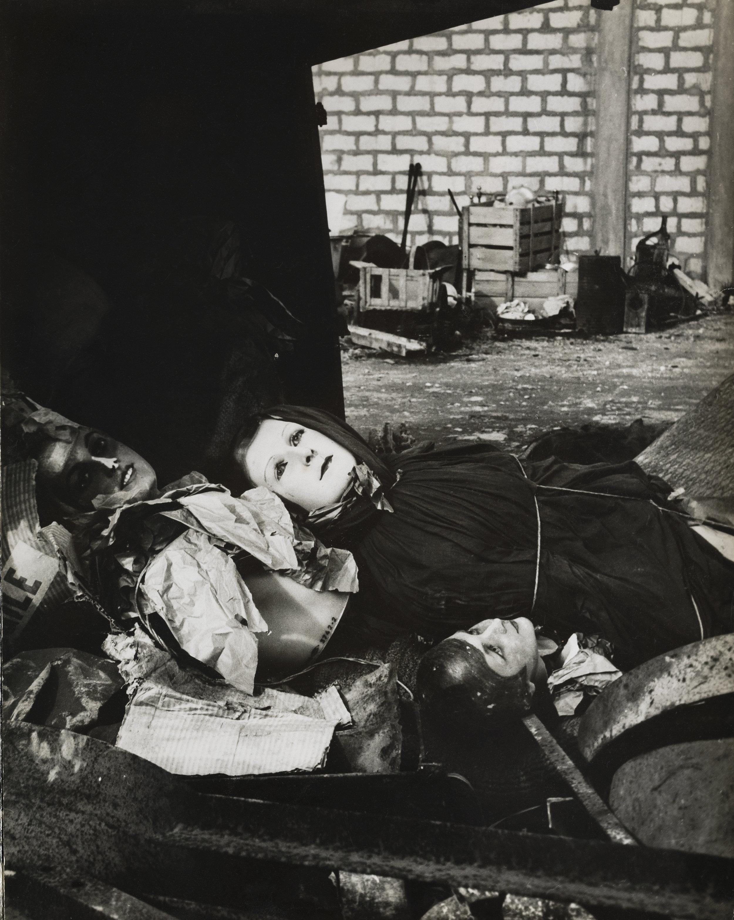 路西安·克莱格,《破烂处的人形模特》,阿尔勒,1956。图片由路西安·克莱格工作坊和Saif公司提供,2019。