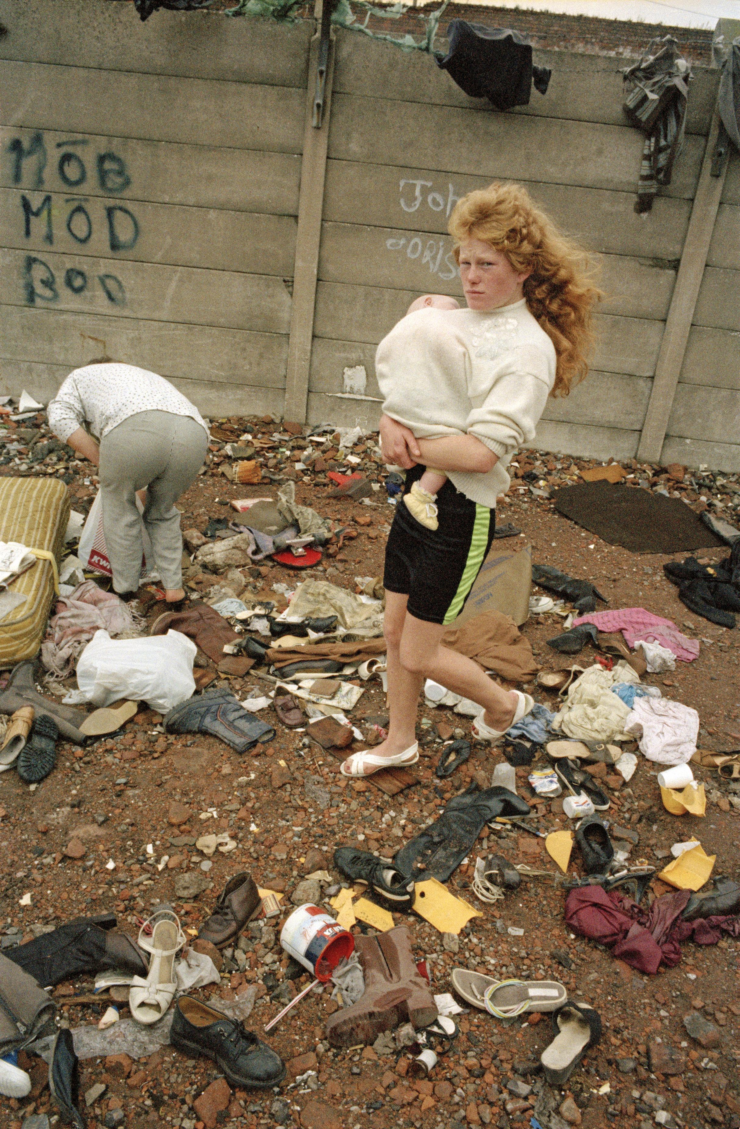 汤姆·伍德,《穿过鞋子行走》,1991。图片由艺术家和Sit Down画廊提供。