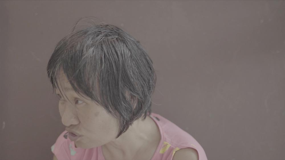 刘玗,静帧截屏,出自《停泊于车站的愚人船》,2016年。 影音装置、双频道播放、彩色、双声道。时长:25分16秒。图片由艺术家提供。