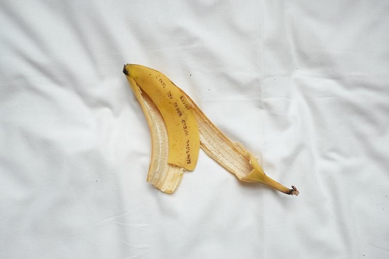 屏控小姐,录像截图,现成图像,挪用自2018年张小船《香蕉快乐!》,2019年。图片由艺术家提供。