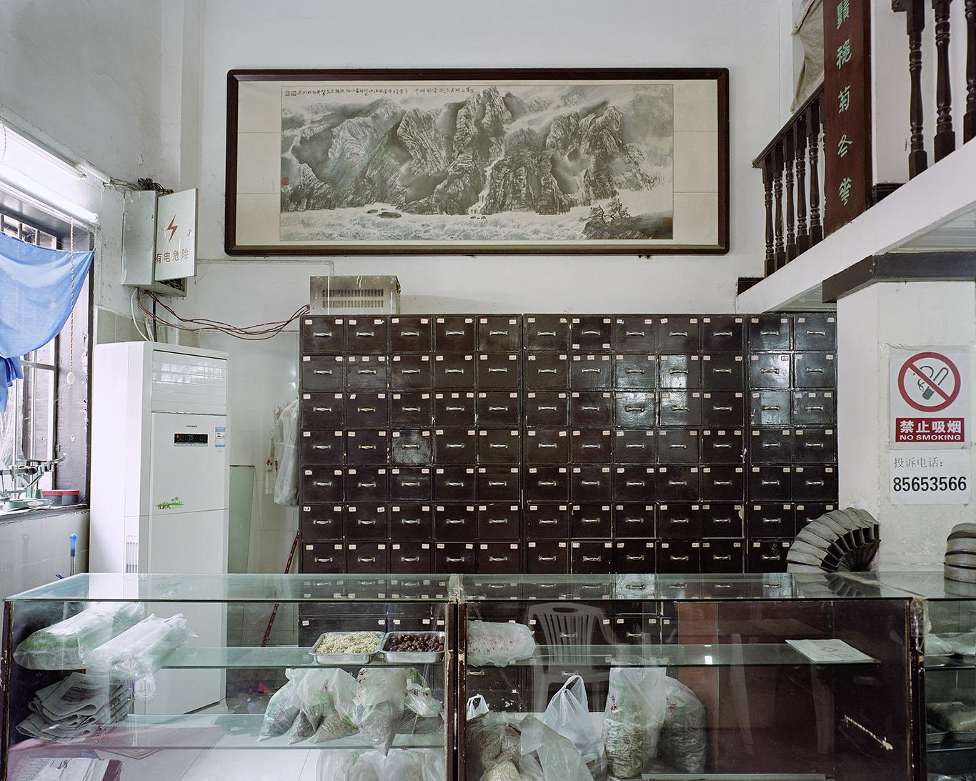 唐晶,《花街楼中医药房》,2017年。泛太克纯棉硫化钡艺术微喷,100cm x 140cm。图片由艺术家提供。