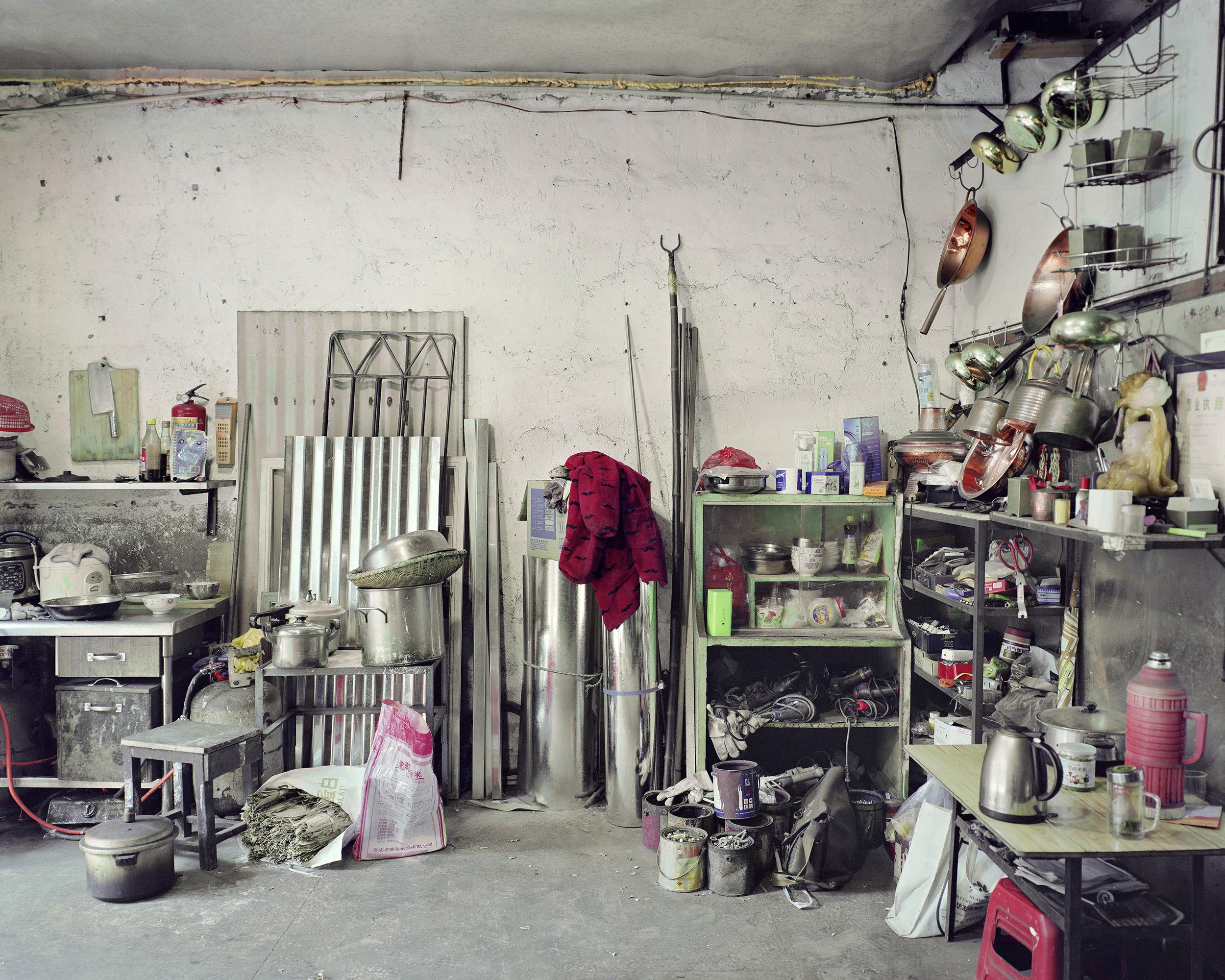 唐晶,《花楼街铜器店》,2017年。泛太克纯棉硫化钡艺术微喷,100cm x 140cm。图片由艺术家提供。
