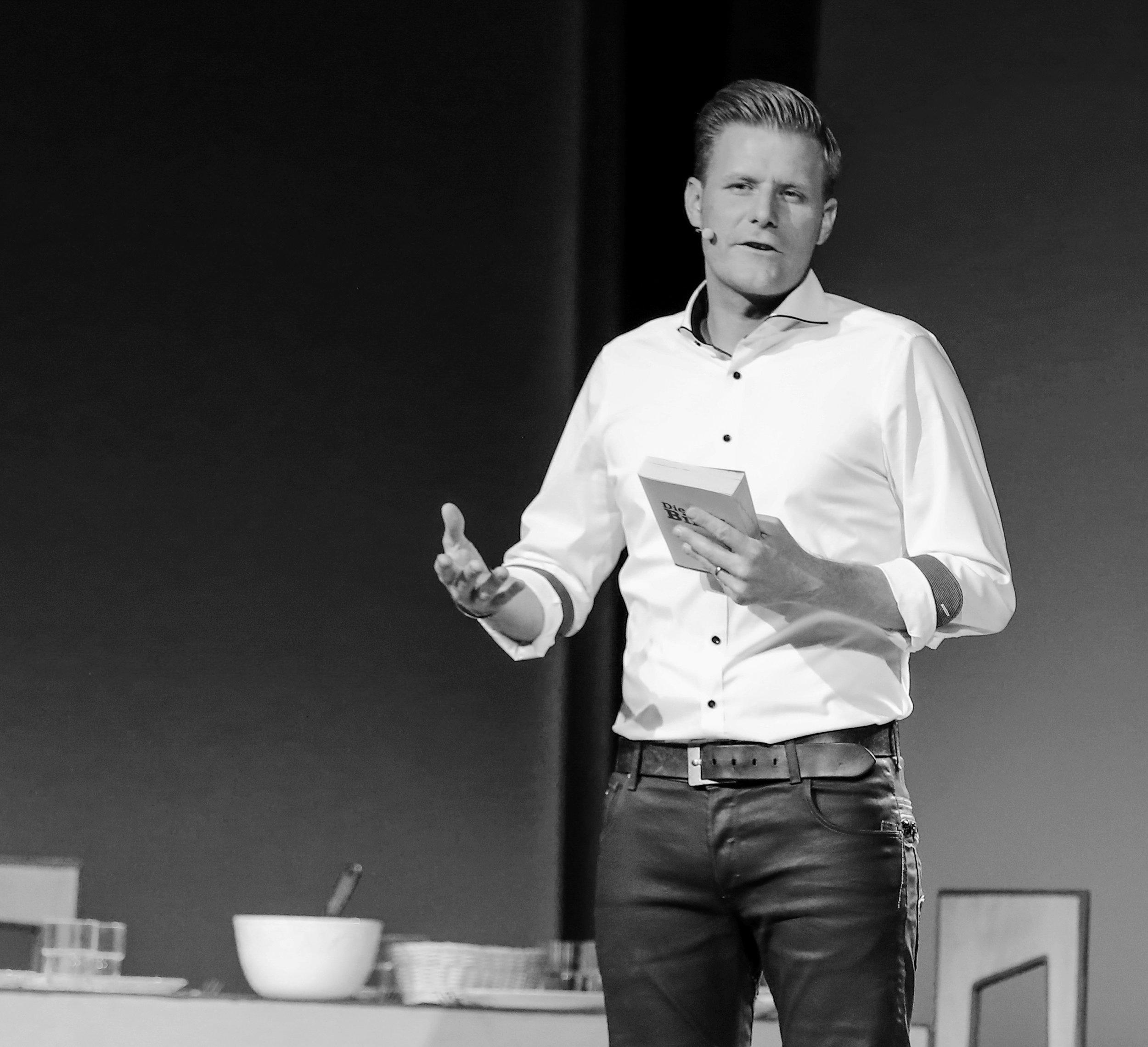 Gabriel Häsler - Leiter Netzwerkschweiz - «Gott möchte sich mit den Menschen versöhnen. Diese Botschaft ist so genial, dass wir sie mit allen uns zur Verfügung stehendenMitteln unters Volk bringen müssen. Diese Schule wird dich darin trainieren und ausbilden!»