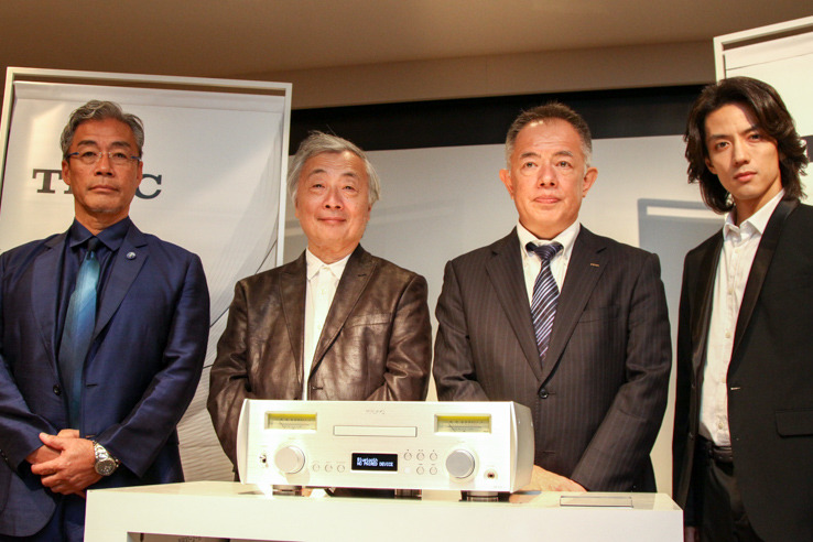 Reiji Asakura (center left) surrounding the NR - 7 CD and Mr. Yuji Hideo (center right), President of Teac. In addition, a talk session was held by Mr. Tatsuya Wada (left) and Mr. Kenji Honda (right) of the actor who loves TEAC products
