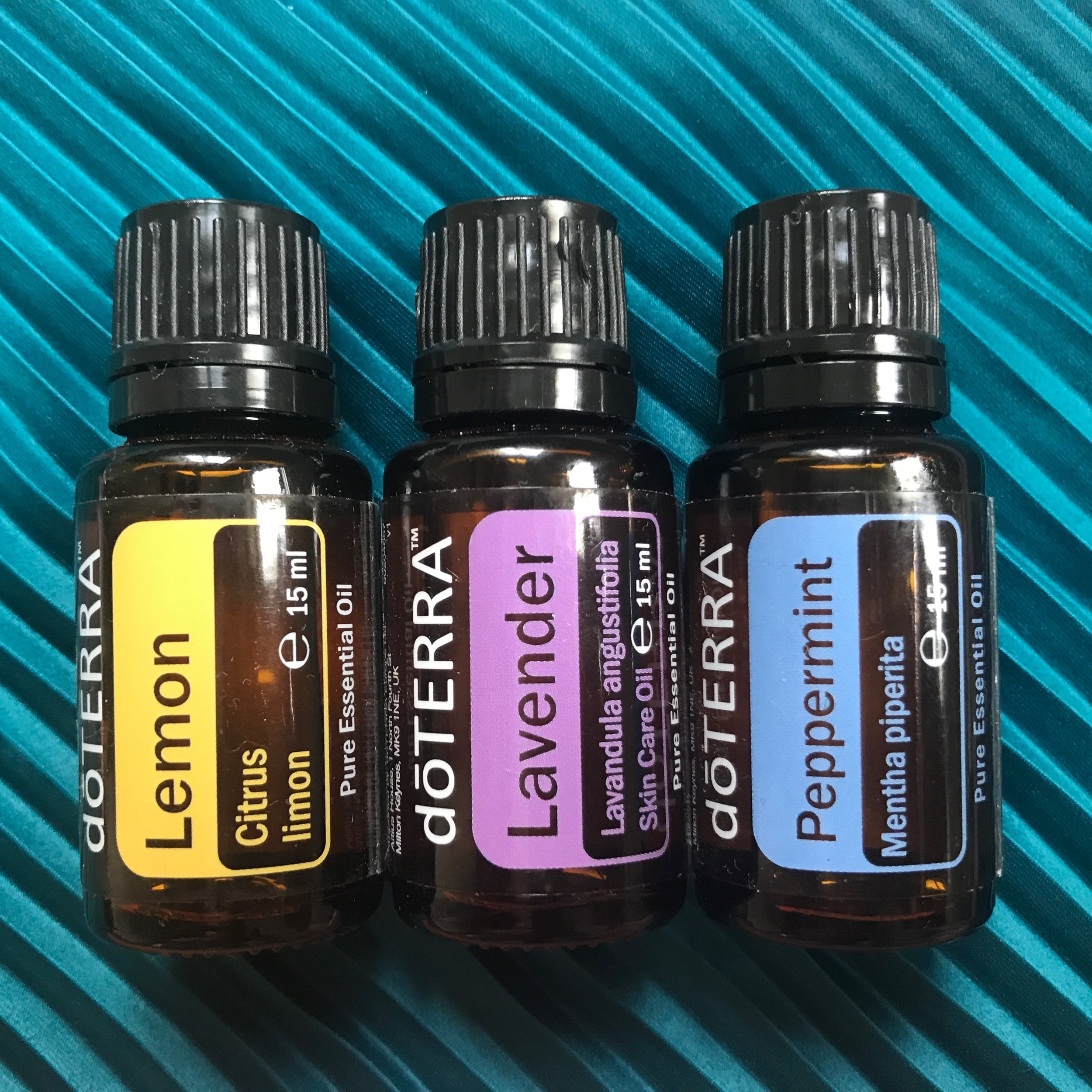 Beginners trio €61#32140005 - Lavendel 15 ml, calming and relaxing properties that promote peaceful sleep and ease feelings of tension.Peppermint 15 ml, uplifting, energizing. When ingested, promotes healthy respiratory function and clear breathing. Promotes digestive health when taken internally. Repels bugs naturally.Lemon 15 ml, cleansing, purifying, and invigorating. Naturally cleanses the body and aids in digestion(If you are not yet a member remember to add €25 for the enrollment fee).