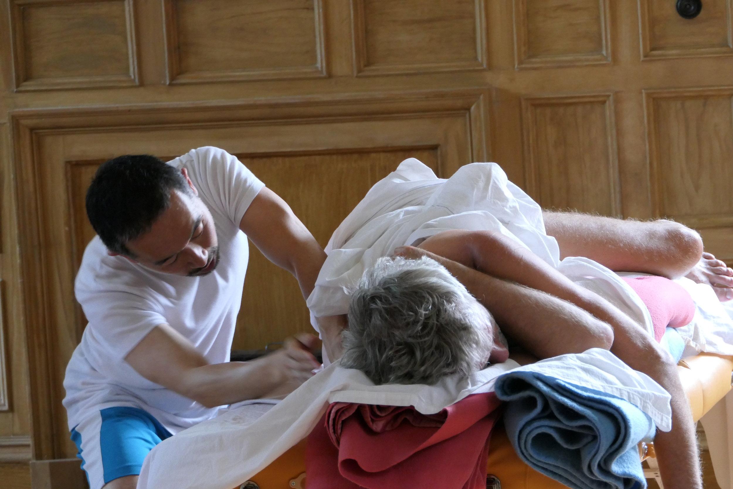 Bild: Seitenlage Massage während der Grundausbildung 2017 in Findhorn