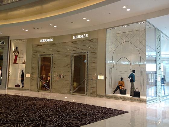 Hermès Dubai window display by Analogia Projects