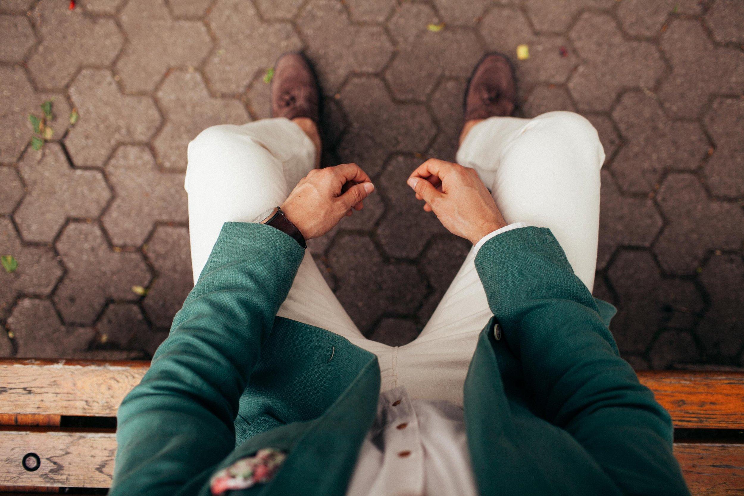 Postura sentada, pés apoiados no chão e mãos nas pernas ou no colo.
