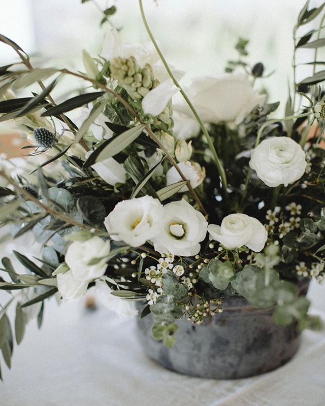 Blown away by these romantic florals by @posie_atelier and can not narrow it down!! 🌿  Event: @bash.event.planning at @caterleelanau #michiganweddings #weddingphotography #floral