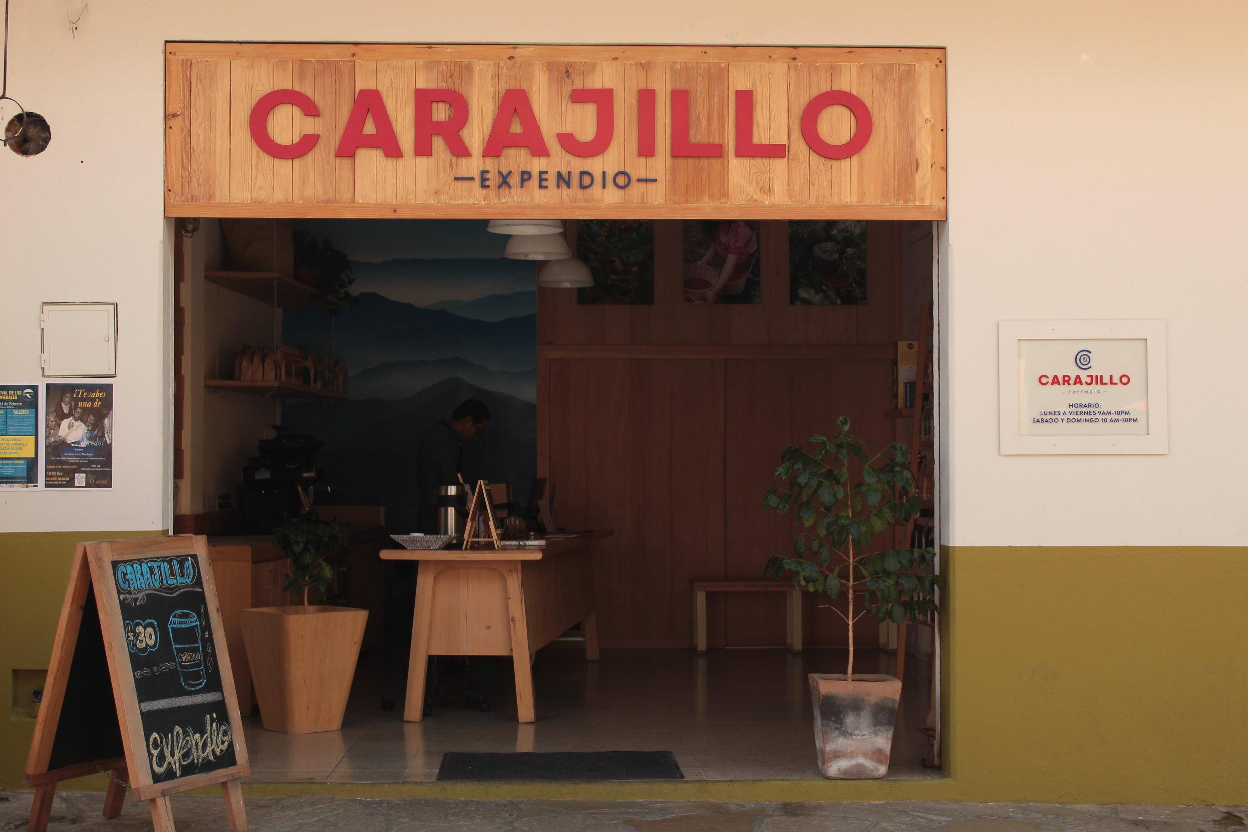 Carajillo Expendio - En éste lugar podrás encontrar todos los cafés de la línea Carajillo, además de las dos opciones que tenemos de chocolate y la deliciosa miel que proviene de la zona caficultora de Pantelhó.Si eres una persona que quiere aprender más de café...Todos los miércoles a las 6:00 de la tarde tenemos una degustación gratuita en la cual podrás aprender a percibir todos los matices de sabor que ofrece nuestro café, así como también las distintas formas de prepararlo.