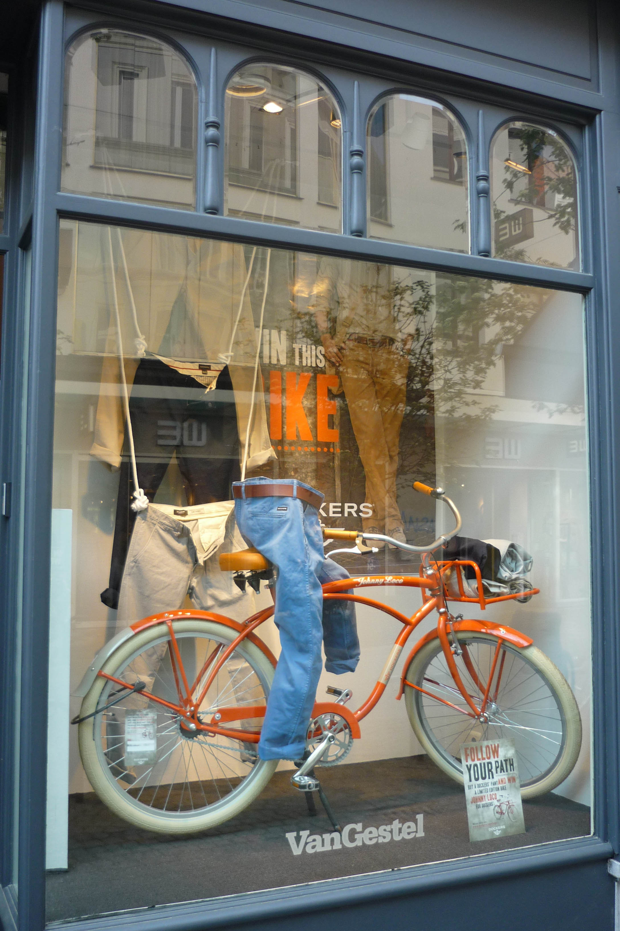 - Dockers PromowindowA window was needed for the promotion of the brand DOCKERS. The briefing was simple: show off the items and combine it with the price you could win. In this case a nice retro bike.